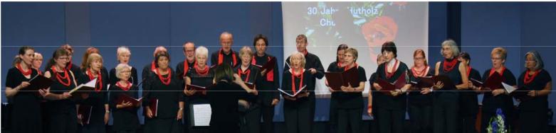 Hutholz-Chor beim Auftritt schwarz-rot gekleidet