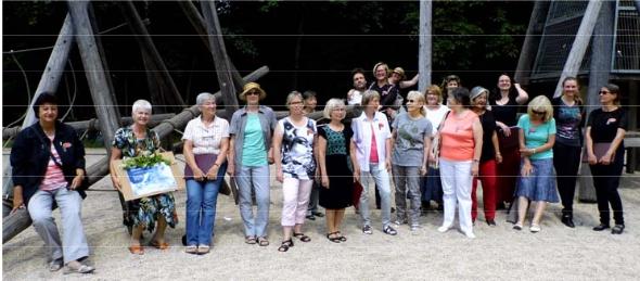 Hutholzchor im Stadtpark Chemnitz bunt gekleidet an einer Holz-Kletteranlage